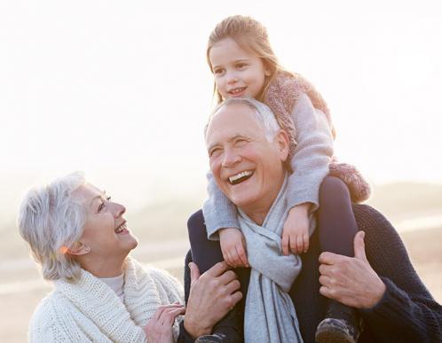 Grand parents et leur petit enfant
